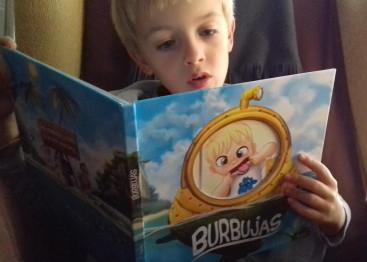 """Con su libro personalizado de """"Burbujas"""""""